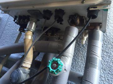 給湯器の配線や配管の写真