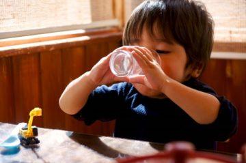 軟水を飲む子供の写真